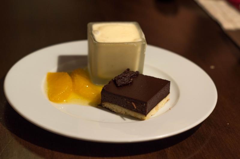 Schokoladentarte-mit-Orangenragout-und-Vanilleeiskrem
