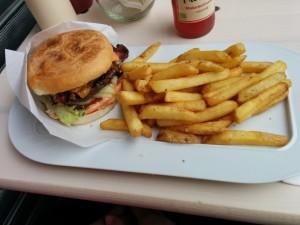 Burger Chalet mit extra Bacon und Pommes