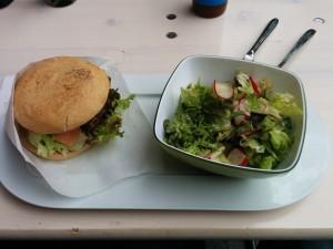 glutenfreier Burger Chalet mit extra Bacon und kleinem Salat