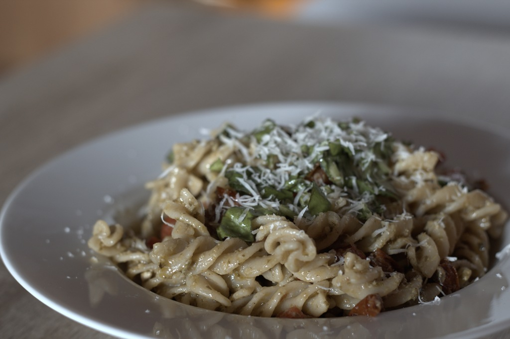 Pesto Nudeln mit getrockneten Tomaten, Basilikum und Parmesan